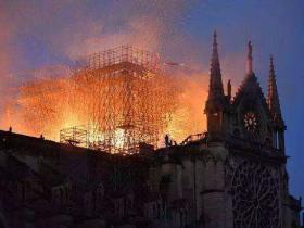 巴黎圣母院燃起烈火,马克龙和欧元备受烤炼